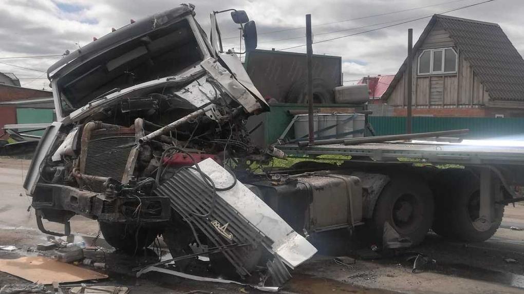 В Омске в столкновении грузовиков зажало водителя