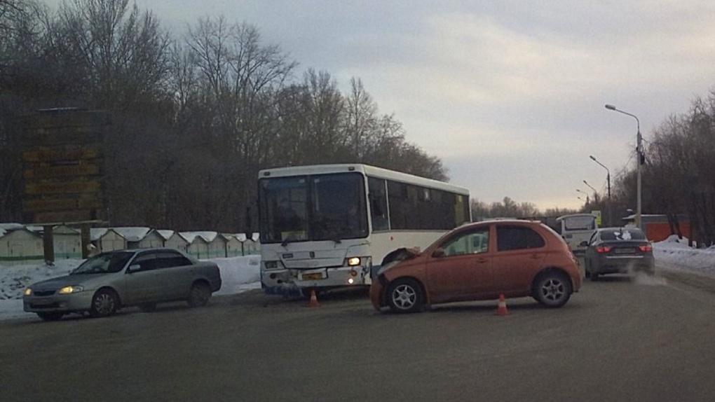 Омичка пострадала в «лобовом» столкновении с автобусом