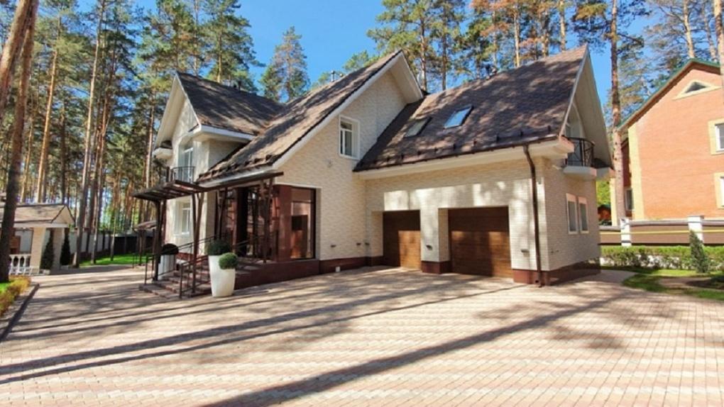 Особняк с террасой и тремя балконами продают в Новосибирске за 75 млн рублей