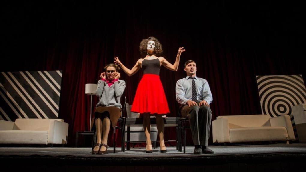 Рецензия на «Лысую певица и кое-что ещё» в Пятом театре: пиршество абсурда и пожарный-юморист
