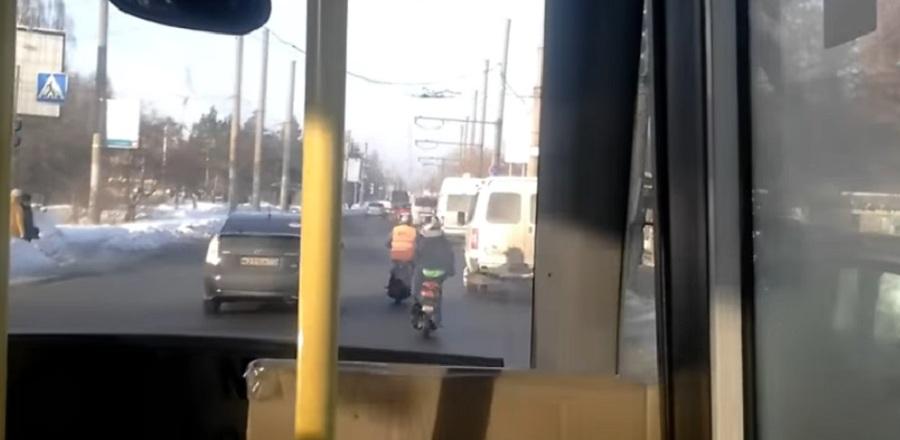 Закаленные омичи «гоняют» по заснеженным улицам на скутере