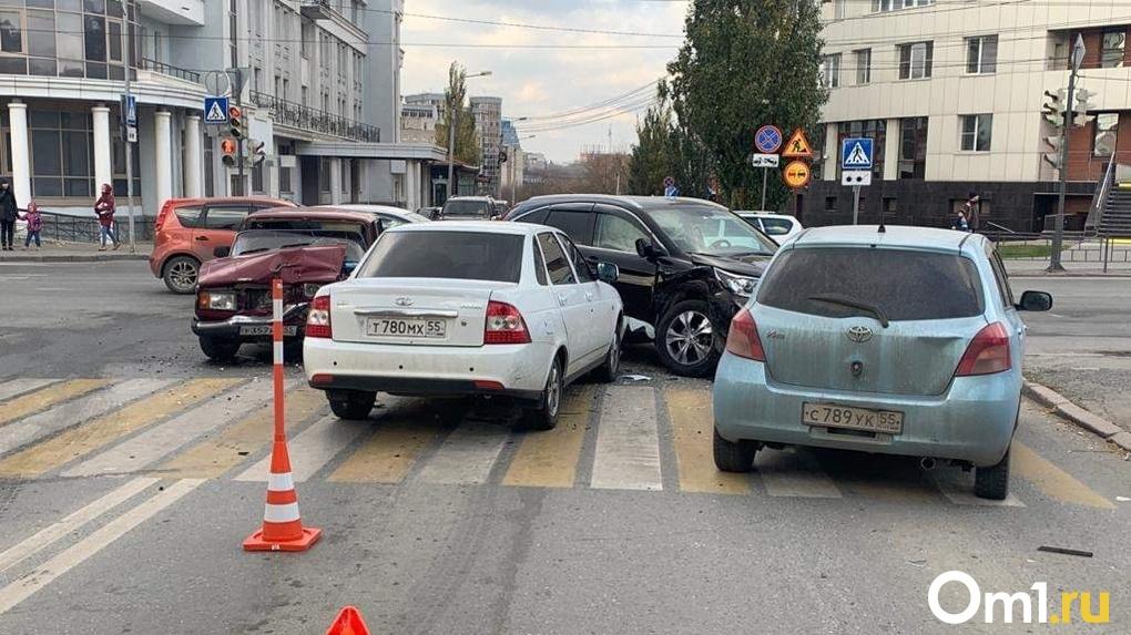 В Омске пьяный водитель устроил массовое ДТП в центре города