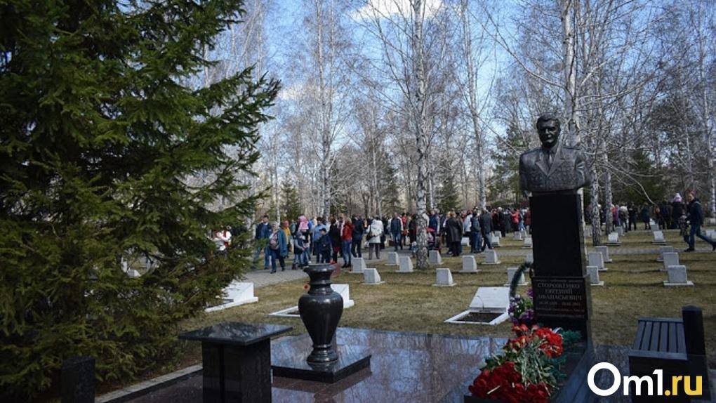 «Покойник у ворот не стоит, но свое возьмёт»: омские кладбища превращаются в свалки
