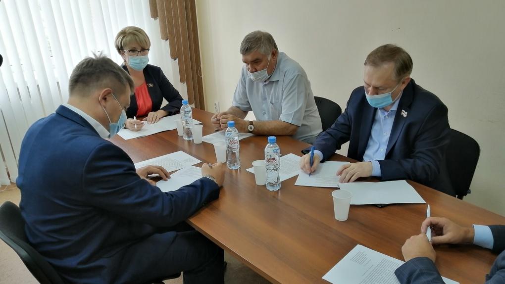 «Мы видим и чувствуем». Омские депутаты намерены добиться контроля над выбросами