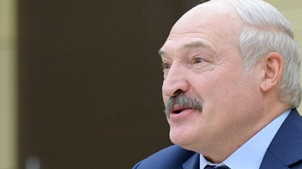 «Вернулся с охоты?»: новосибирцы обсуждают видео Лукашенко с автоматом