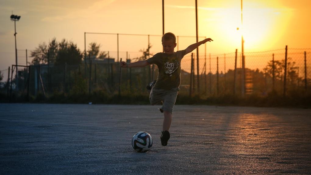 Омичи сдали в полицию соседей, которые играли во дворе в футбол, нарушая режим самоизоляции
