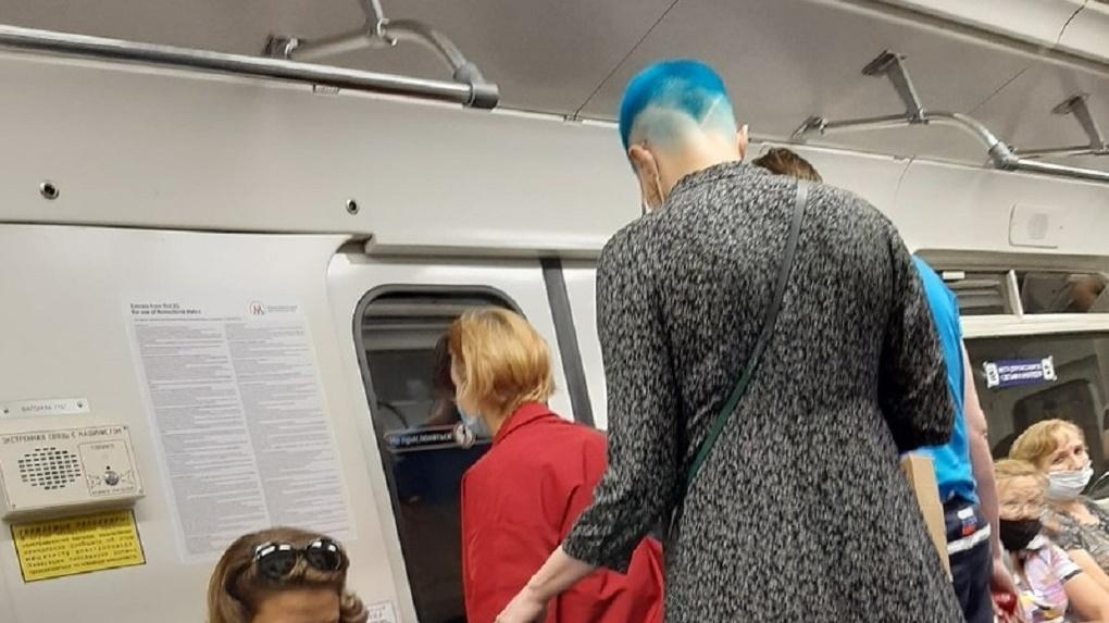 Женщина с синей головой потрясла пассажиров метро в Новосибирске