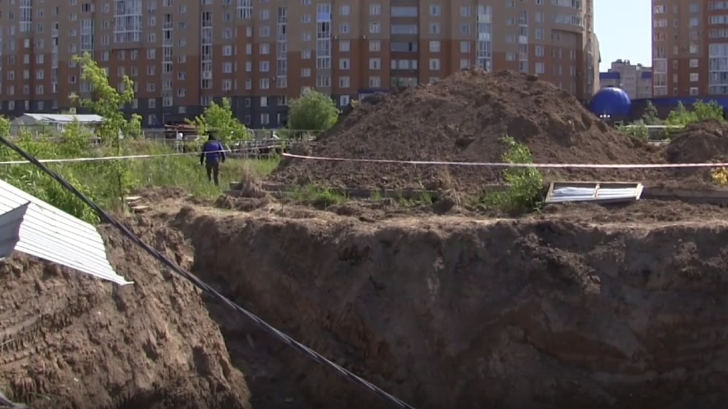 «Пока везет». Омские школьники играют у затопленного котлована недостроенного метро (видео)