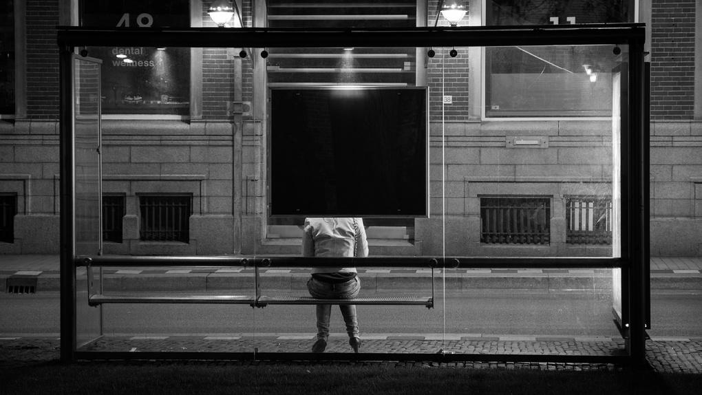 Теплые омские остановки ночью берегут охранники