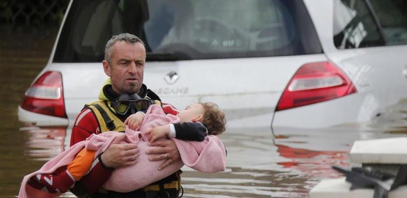 Лувр закрыт, людей эвакуируют из городов: Франция переживает наводнение века. Фото, видео