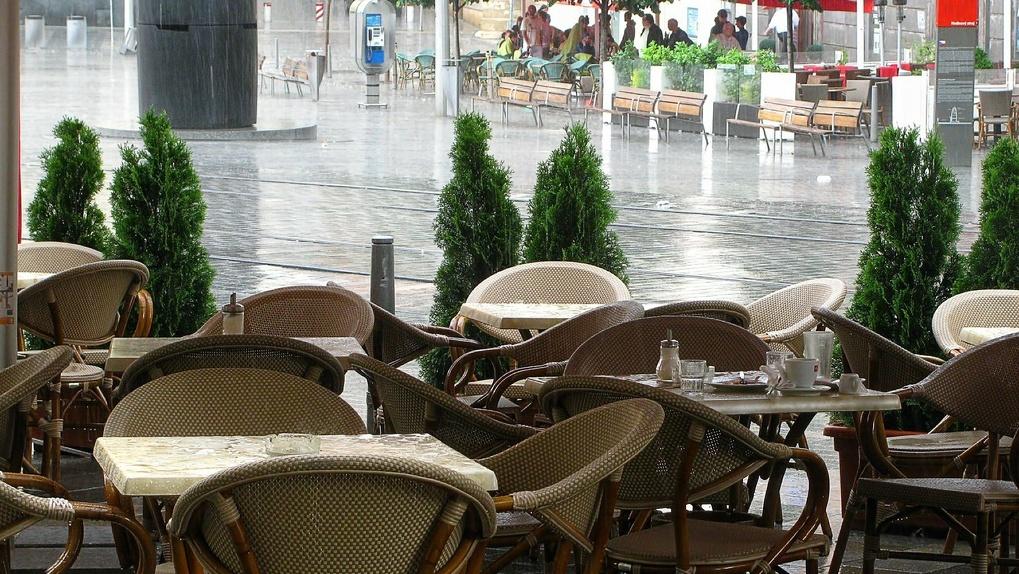 «Спрятал посетителей от дождя»: владельца новосибирского кафе оштрафовали за нарушение карантина