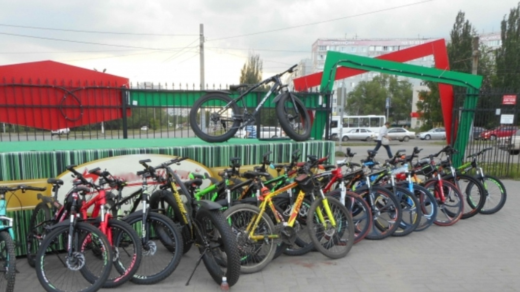 Омич решил протестировать розовый велосипед и укатил на нем вдаль