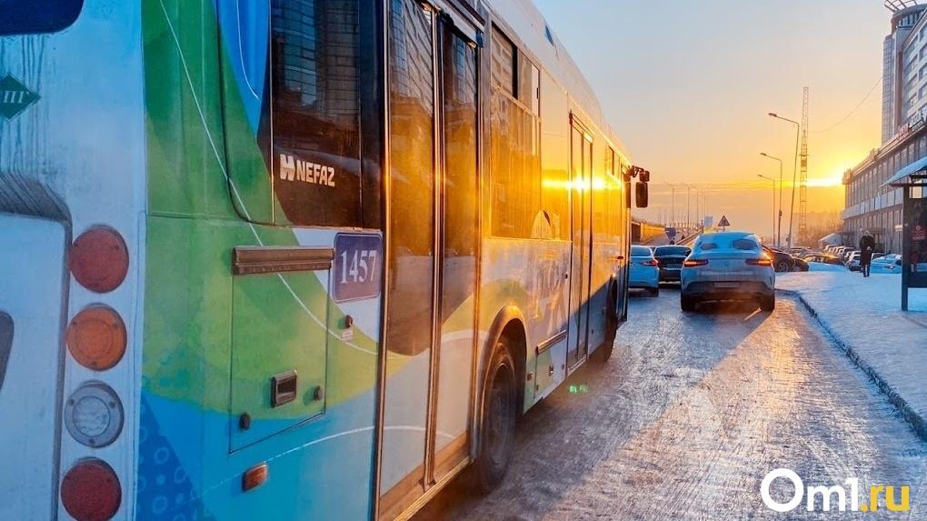 На омских дорогах отменили сразу пять маршрутов общественного транспорта