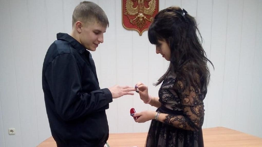 Жених в робе, невеста в черном платье! Под Новосибирском заключенного в наручниках привели на свадьбу