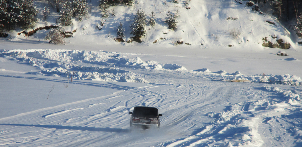 Жители Омской области продолжают ездить по льду Иртыша, где утонул трактор