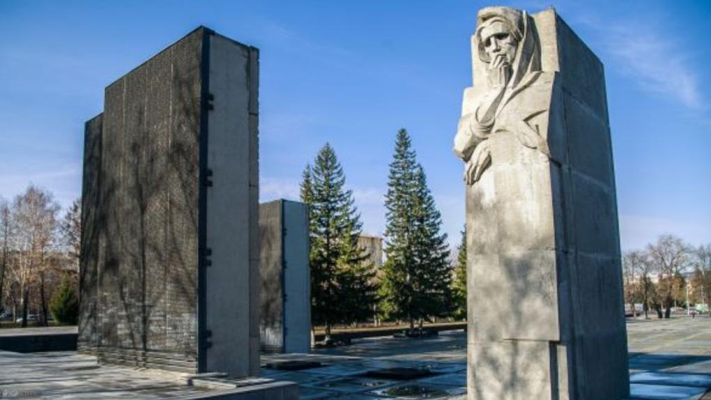 Имена воинов раскрасили розовым лаком на новосибирском Монументе Славы