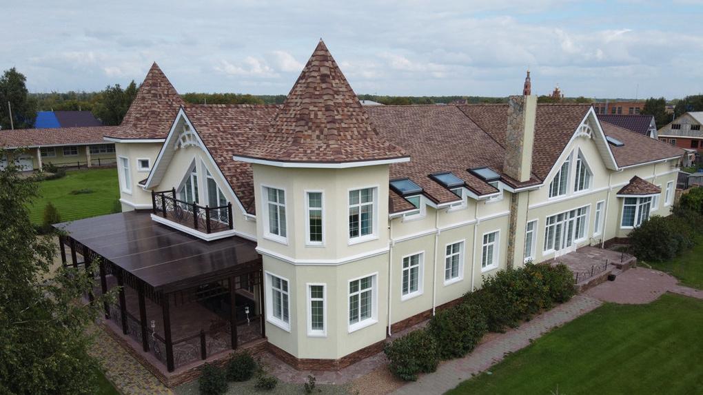 В Омской области продаётся коттедж с берёзовой рощей, бассейном и множеством спален за 99 млн