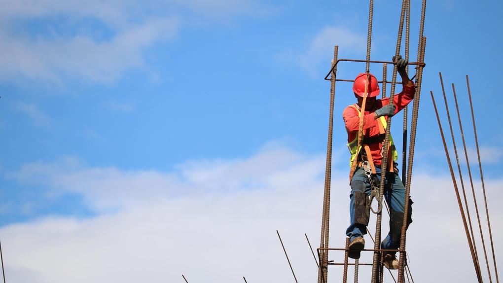 Мойщик оборудования одного из омских предприятий упал с 6-метровой высоты и выжил