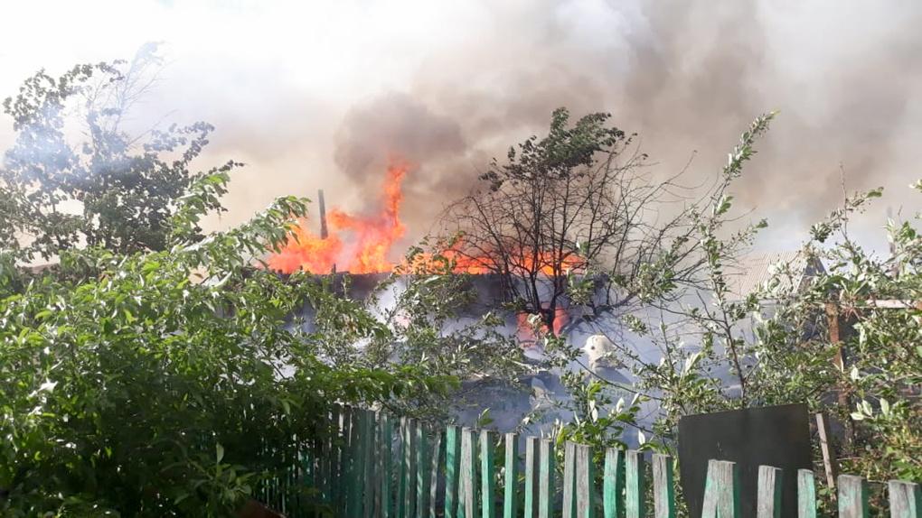 В Омске за ночь сгорели два дома