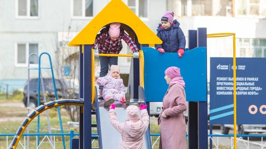 Омский НПЗ до конца года обновит 14 городских детских площадок