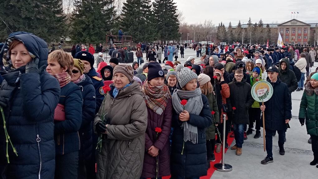 «С трудом удалось посмотреть»: повторное зажжение Вечного огня вызвало ажиотаж в Новосибирске