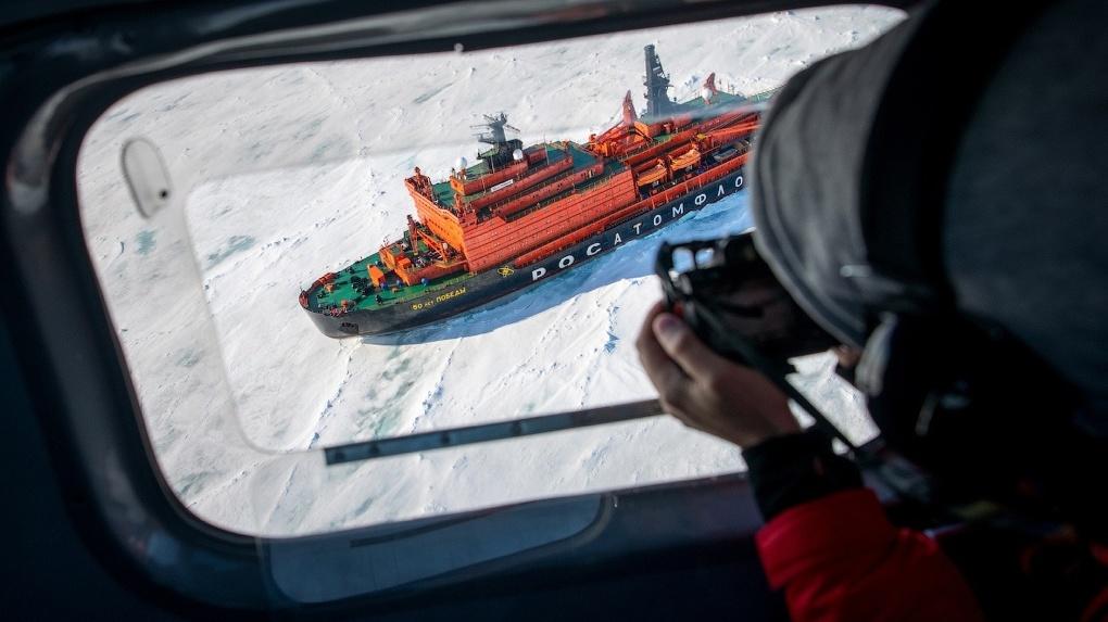 Медведи, ледокол и холодный океан: новосибирский фотограф сделал захватывающие снимки на Северном полюсе