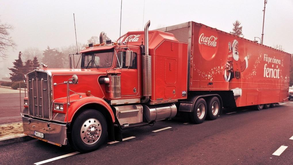 На улицах Омска был замечен рождественский караван грузовиков Coca-Cola