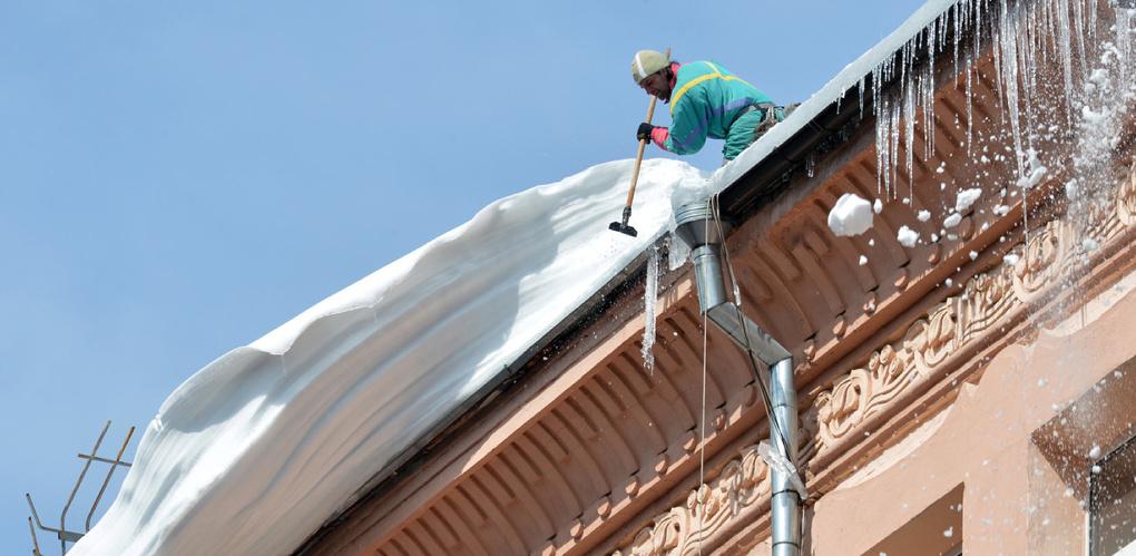 За неубранные сосульки с крыш в Омске штрафуют управляющие компании