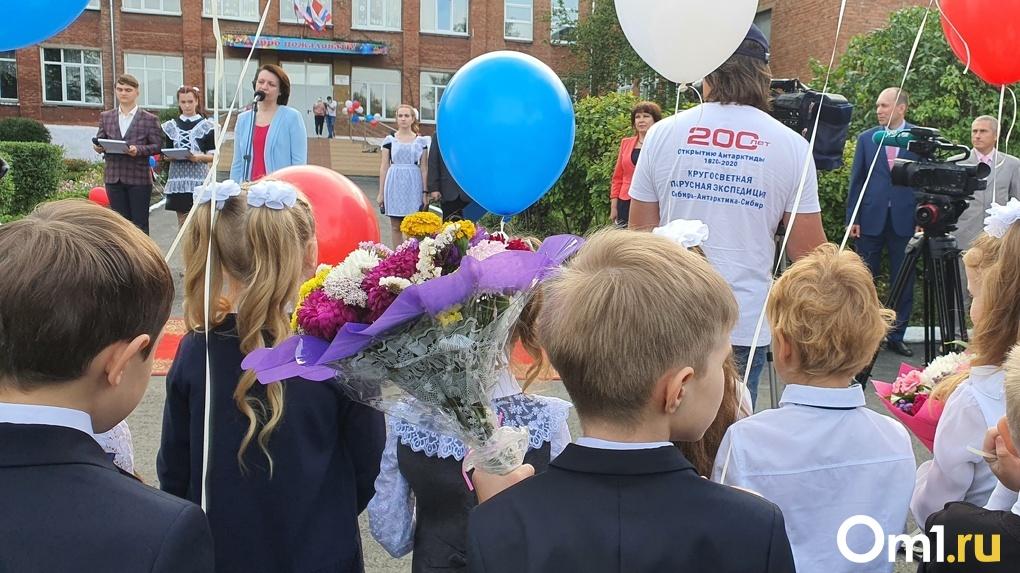 Мэр Оксана Фадина посетила торжественную линейку в одной из омских школ