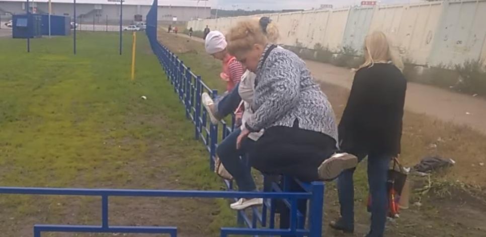 «Лента» ответила омичам, которые прыгают через забор по пути в гипермаркет