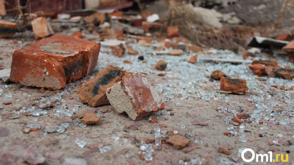 В Омской области мужчина погиб из-за обрушившейся на него стены
