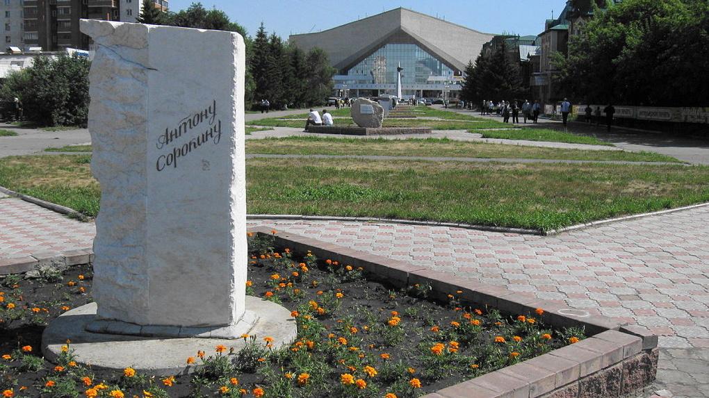 Омские рабочие убрали памятные камни с аллеи литераторов