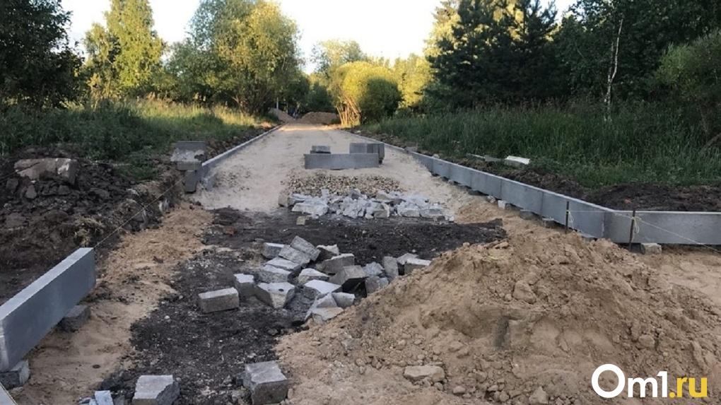 Для реконструкции сквера Молодожёнов в Омске привезли некачественную плитку