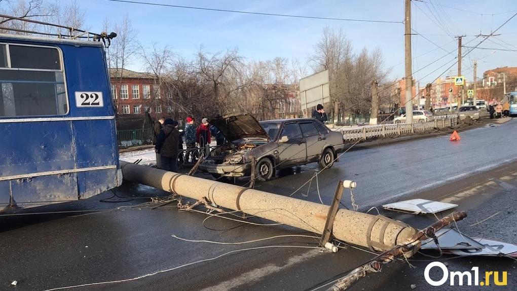 Появилось видео с моментом обрушения столба в Омске