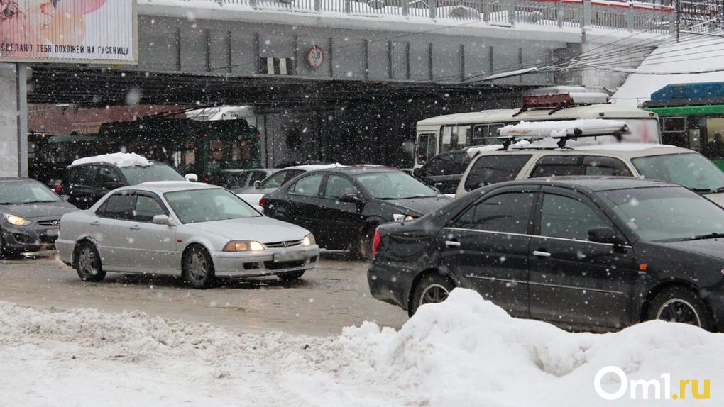 В Новосибирске из-за снегопада случился транспортный коллапс: к вечеру пробки вырастут до девяти баллов