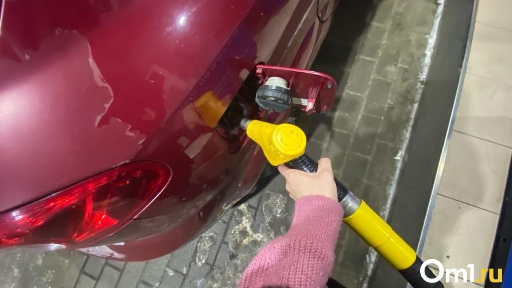 В Омске в пятый раз за месяц подорожал бензин