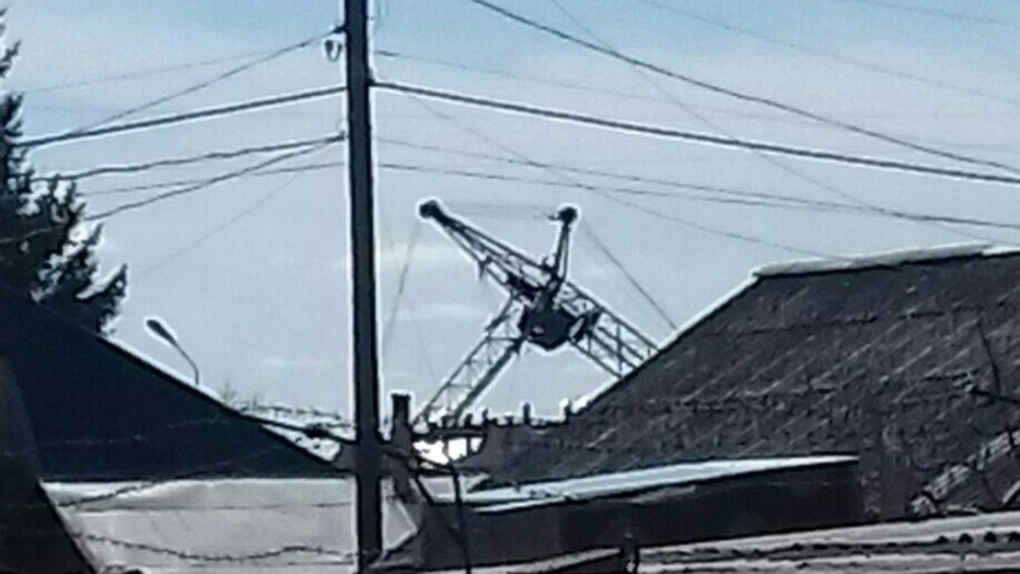 Водителю упавшего в Омске крана сделали несколько операций