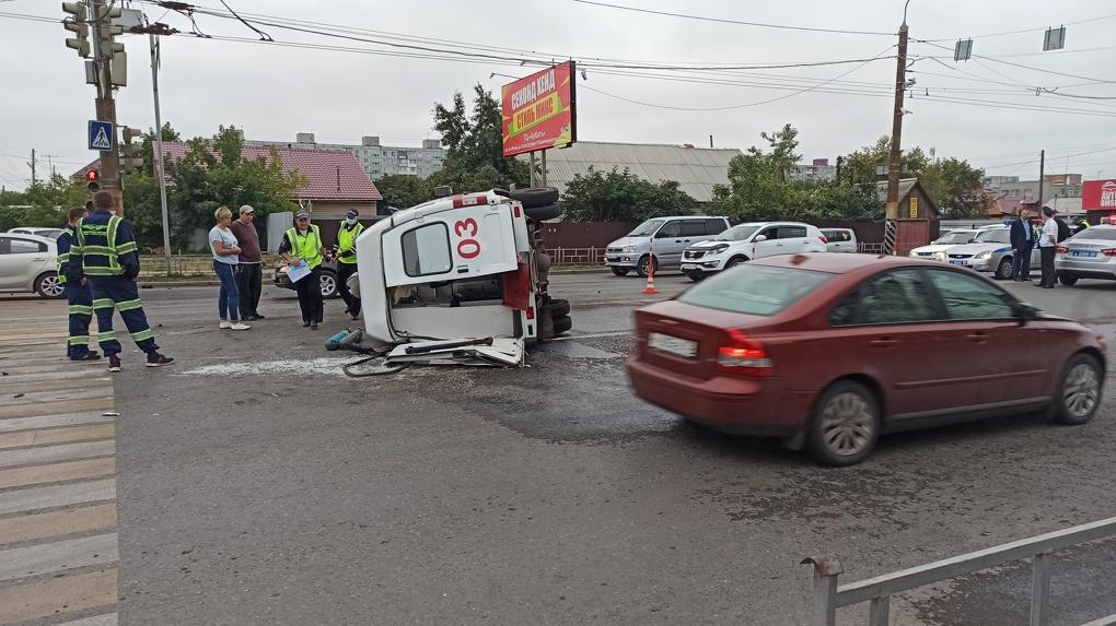 В Омске в жёсткой аварии перевернулась скорая помощь с беременной женщиной внутри