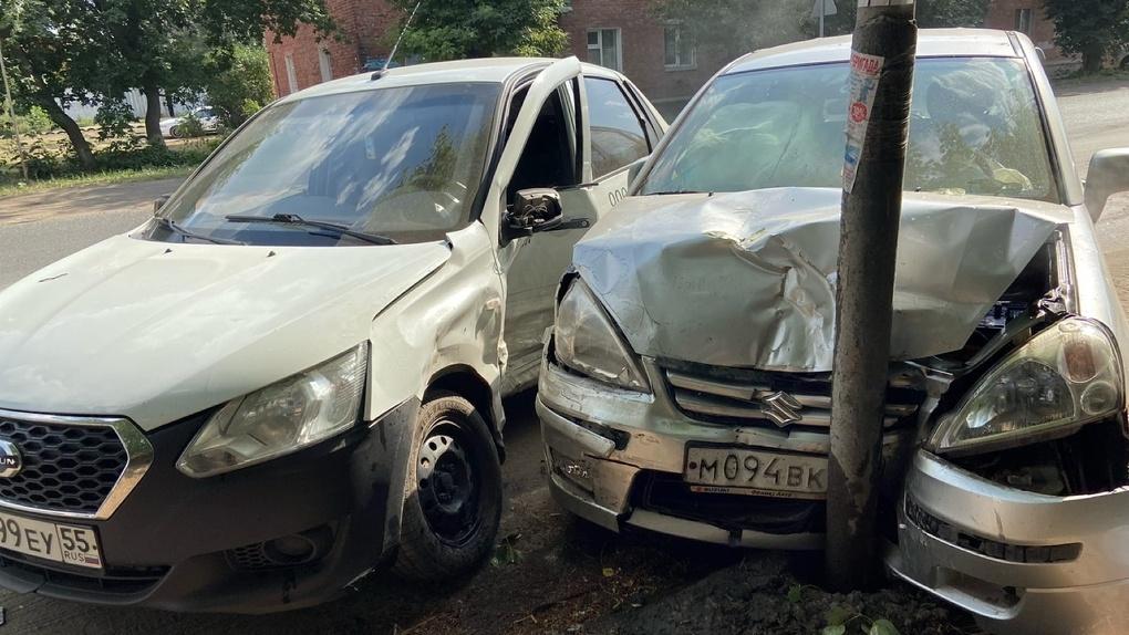 Две машины в смятку. В Омске легковушка влетела в столб