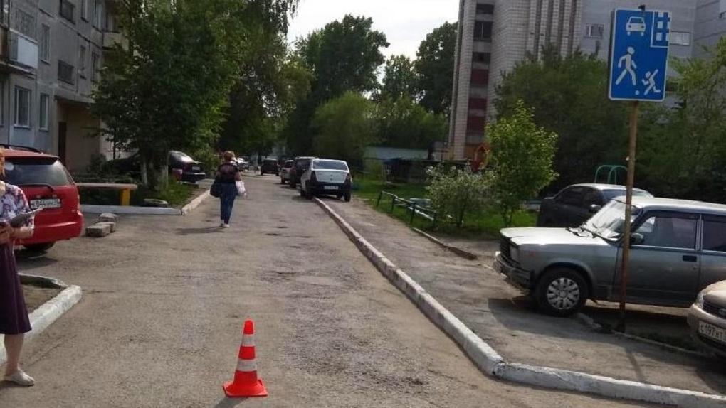 В Новосибирске водитель сбил двухлетнюю девочку и скрылся с места ДТП