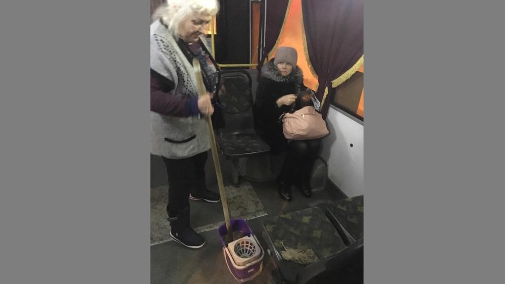 Омичей возмутили грязные тряпки на сиденье автобуса