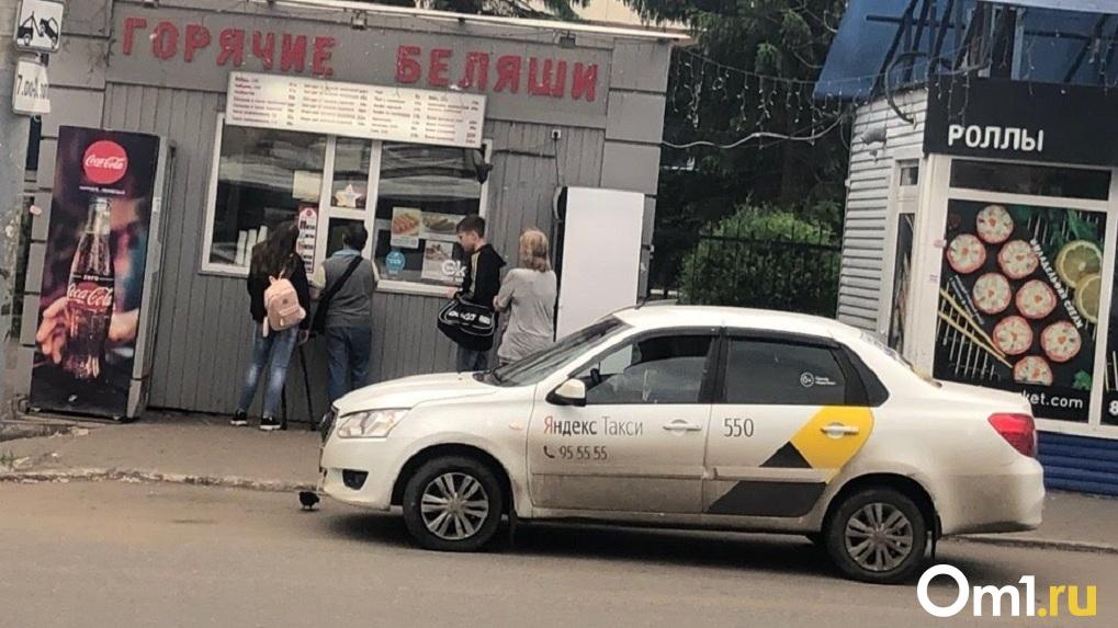 Таксист обокрал пожилого новосибирца и скрылся