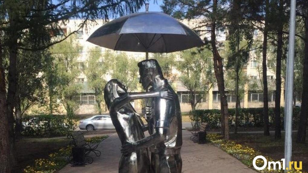 Мэрия Омска рассказала о судьбе скульптуры, исчезнувшей из сквера Молодоженов