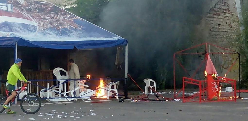 В Омске вандалы разгромили и подожгли летнее кафе на «Зелёном острове»