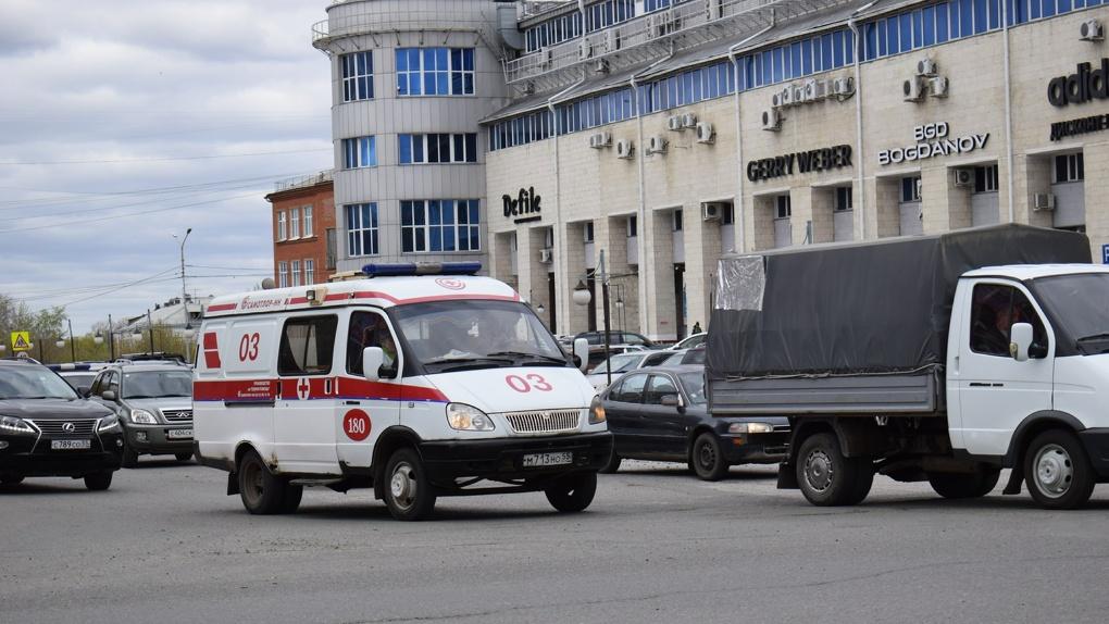 Во время гонок в Омске автомобиль сбил судью