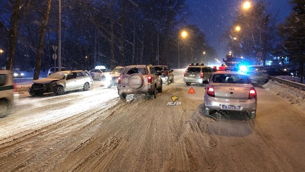 Снегопад и «день жестянщика»: на дорогах Новосибирска происходят массовые ДТП