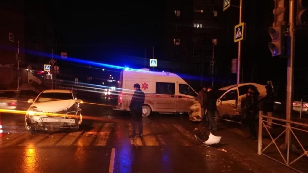 Иномарку отбросило на тротуар. В ДТП в Омске пострадал 29-летний мужчина