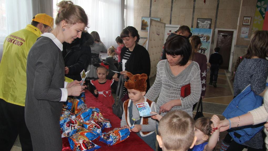Сотни детей Омска получили подарки от «Справедливой России»