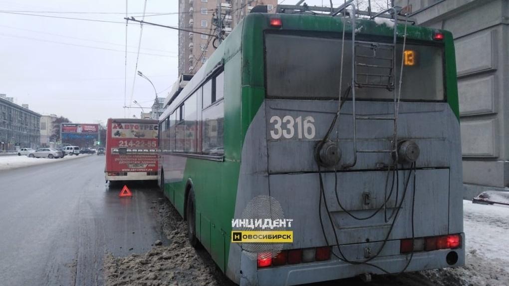 В центре Новосибирска столкнулись троллейбус и автобус