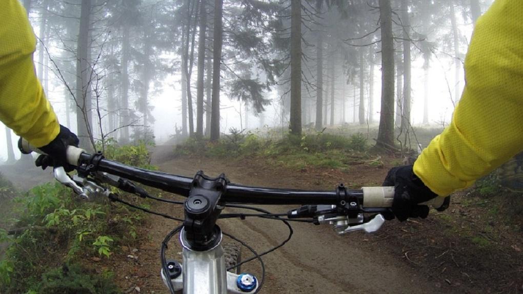 Омич на горном велосипеде сбил пенсионерку и сломал ей бедро